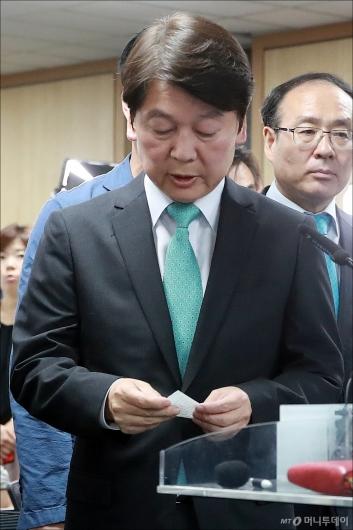 [사진]쪽지 준비한 안철수