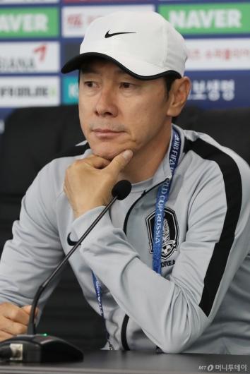 [사진]신태용 감독, '전략 고민'