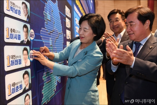 [사진]당선표 붙이는 추미애 대표