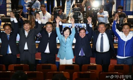 [사진]만세 부르는 민주당