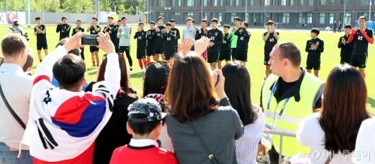 [사진]교민들과 인사 나누는 축구대표팀