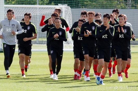 [사진]교민들에게 인사하는 축구대표팀