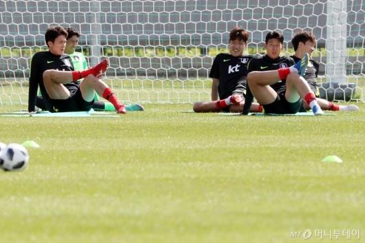 [사진]시원하게 몸 푸는 선수들