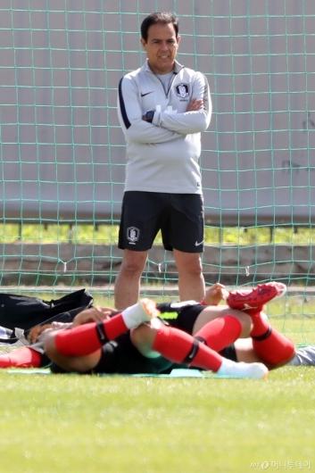 [사진]훈련 지켜보는 하비에르 미냐노 코치