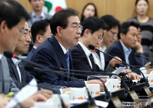 [사진]회의 주재하는 박원순 서울시장