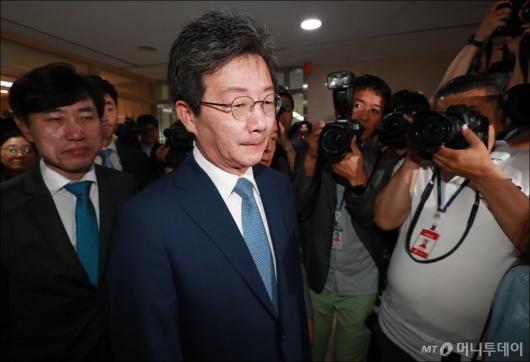 [사진]회견장 떠나는 유승민 전 대표
