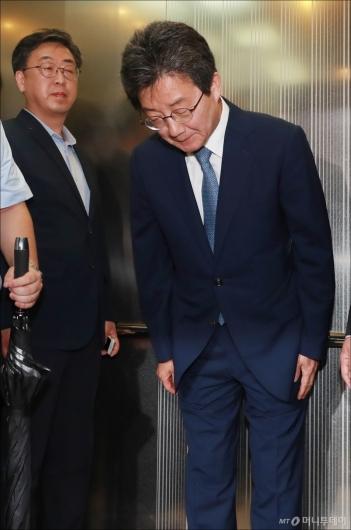 [사진]고개 숙인 유승민 전 대표
