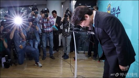 [사진]인사하는 안철수