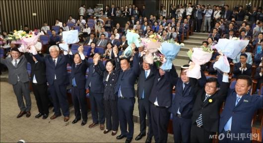 [사진]민주당 의총 참석한 재선거 당선자들