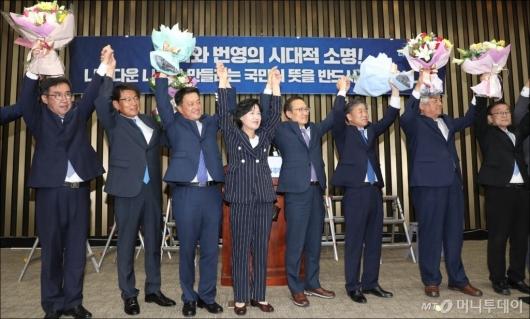 [사진]의원총회 참석한 민주당 재선거 당선자들