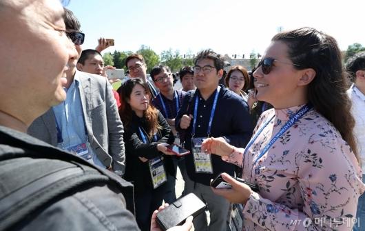 [사진]한국 취재진 질문받는 스웨덴 기자