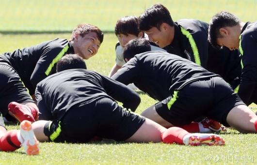 [사진]황희찬-손흥민, '훈련은 즐겁게'