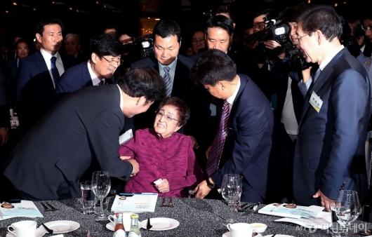 [사진]인사 나누는 이희호 여사와 이낙연 총리