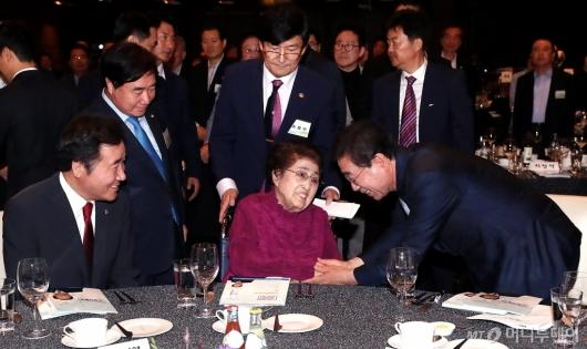 [사진]인사 나누는 이희호 여사와 박원순 서울시장