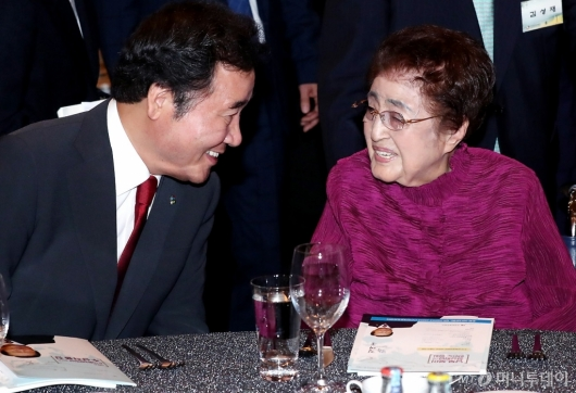 [사진]이낙연 총리와 이야기 나누는 이희호 여사
