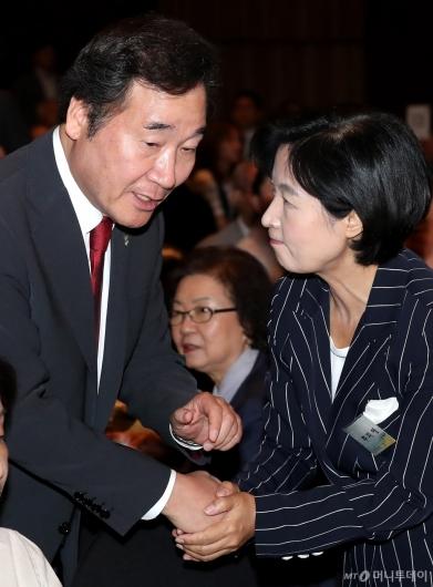 [사진]이야기 나누는 이낙연 총리와 추미애 대표