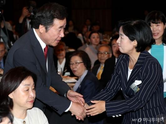 [사진]인사 나누는 이낙연 총리와 추미애 대표