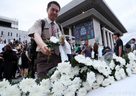 [사진]헌화 하는 아시아나항공 직원