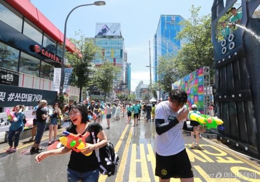 [사진]더위 날리는 '신촌 물총축제'