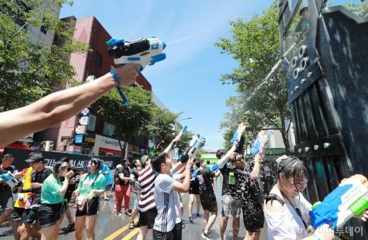 [사진]무더위 날리는 물총싸움