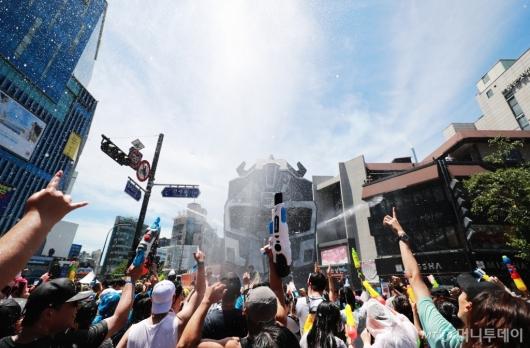 [사진]무더위 날리는 신촌 물총축제