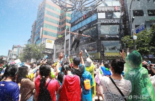 [사진]신촌물총축제 '무더위 날리고 스트레스 날리고'