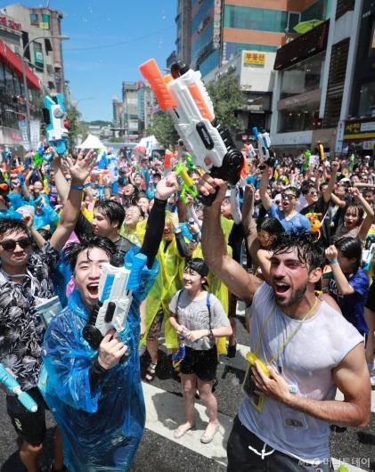 [사진]신촌물총축제 '더위 날리고 스트레스 날리고'