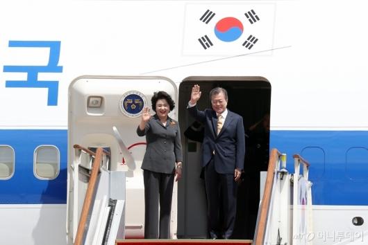 [사진]손 흔드는 문재인 대통령