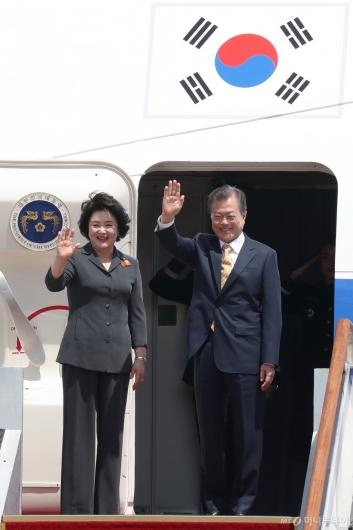 [사진]문재인 대통령, '인도·싱가포르 다녀오겠습니다'