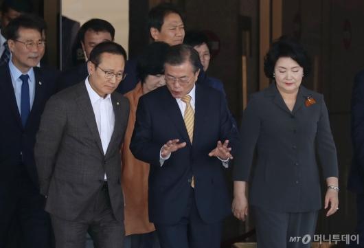 [사진]이야기 나누는 문재인 대통령-홍영표 원내대표