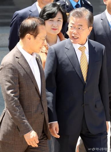 [사진]홍영표 원내대표와 이야기 나누는 문재인 대통령