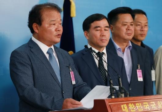 [사진]방북 승인 촉구하는 신한용 개성공단기업 비대위원장