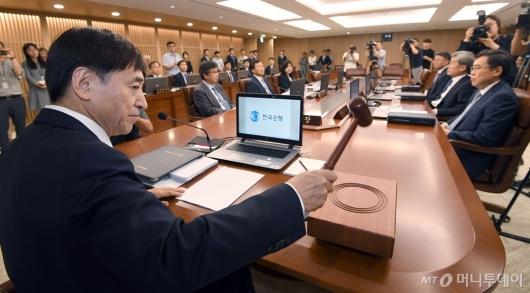 [사진]의사봉 두드리는 이주열 총재