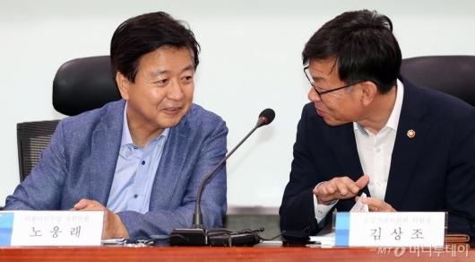 [사진]이야기하는 노웅래 의원-김상조 위원장