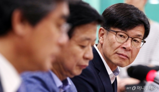 [사진]한국부패방지법학회장 발언 듣는 김상조 위원장