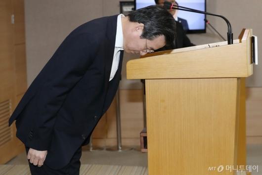 [사진]인사하는 김용범 증선위원장