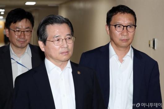 [사진]증선위 브리핑 참석하는 김용범 위원장-김학수 상임위원