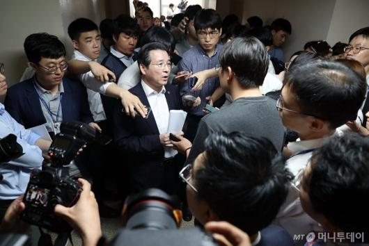 [사진]취재진에 둘러싸인 김용범 위원장