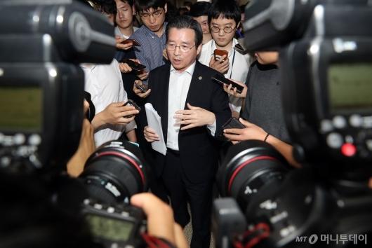 [사진]질문에 답하는 김용범 위원장