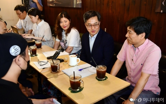 [사진]소상공인들과 대화 나누는 김동연 부총리