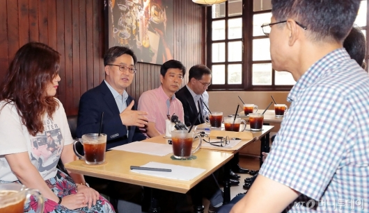 [사진]소상공인들과 간담회 갖는 김동연 부총리
