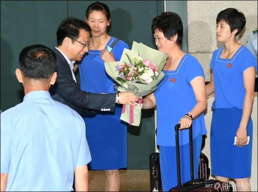 [사진]꽃다발 받는 북측 선수단