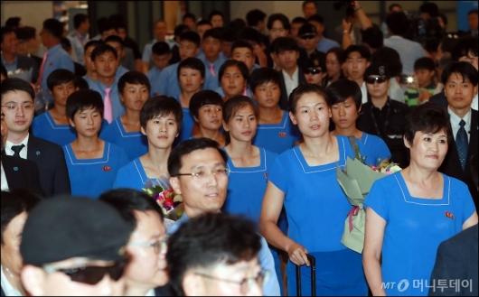 [사진]남북 단일팀 북측 선수단, '훈련하러 왔어요'