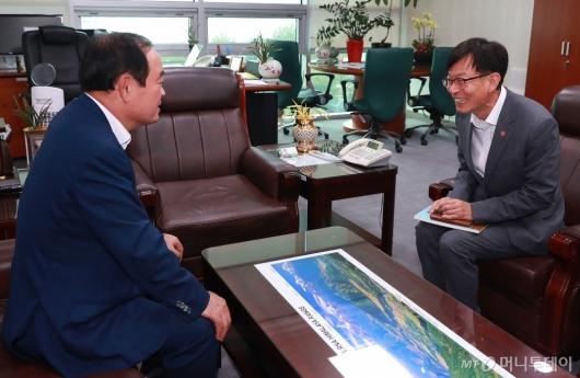 [사진]김상조 공정위원장, 장병완 민주평화당 원내대표 예방