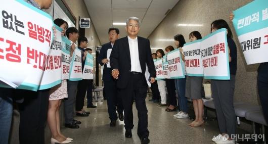 [사진]'구조조정 반대' 피켓시위 지나치는 김동철 비대위원장