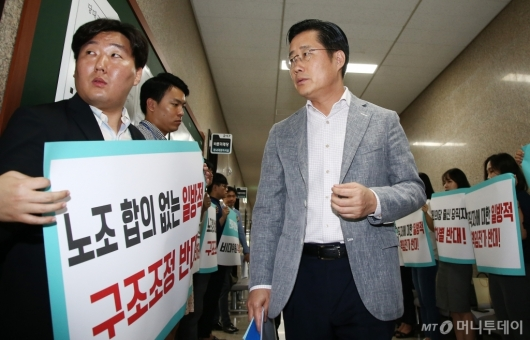 [사진]'구조조정 반대' 피켓 앞 이태규 사무총장