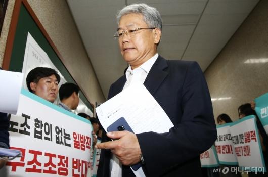 [사진]구조조정 반대 피켓시위 앞 김동철 비대위원장