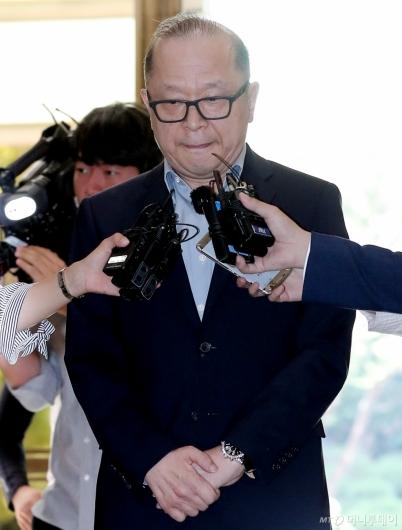 [사진]입술 깨무는 이재환 CJ파워캐스트 대표
