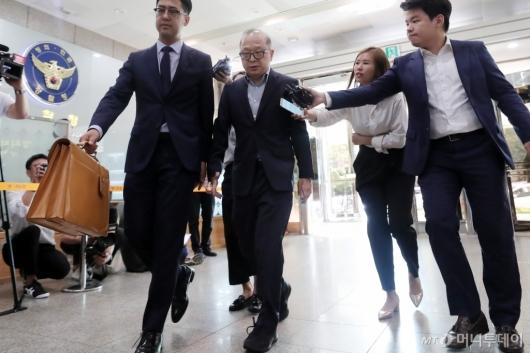 [사진]'배임 혐의' 이재환 대표, 경찰 출석