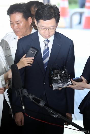 [사진]고개숙인 김경수 지사